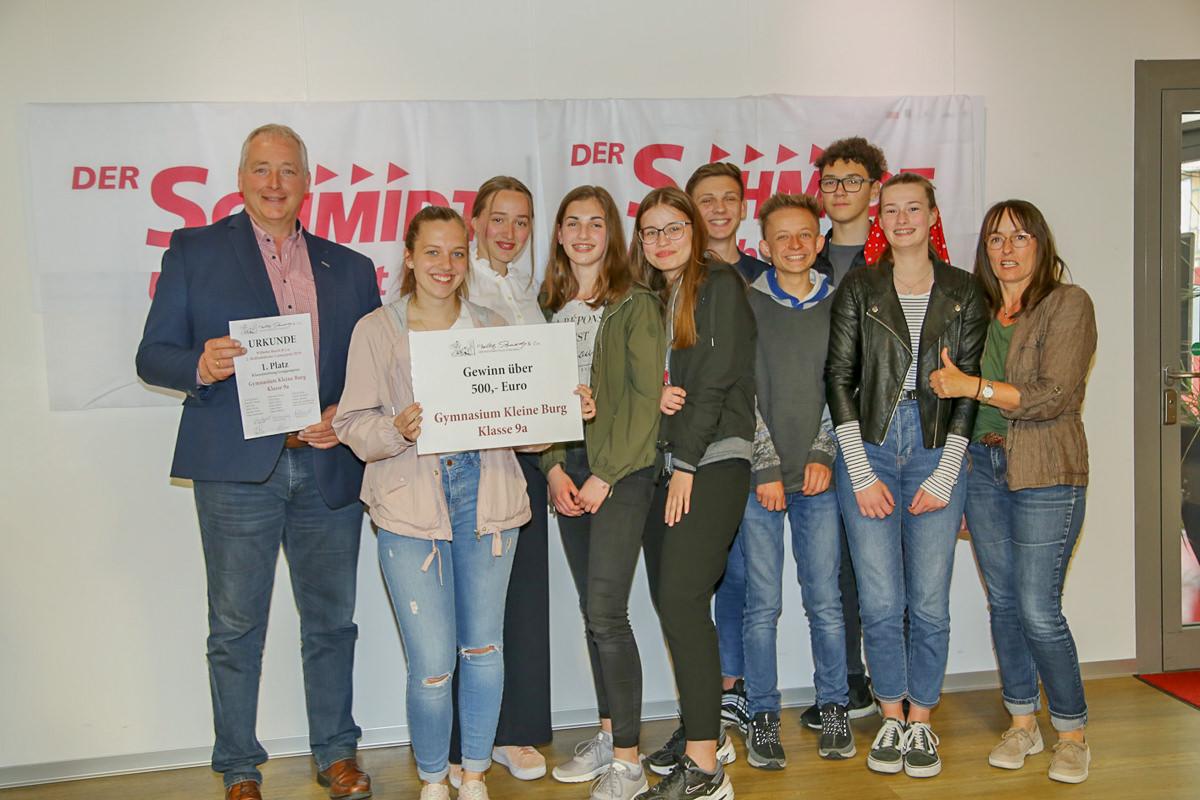 Frank Oesterhelweg übergab den Preis für die beste Klassenarbeit an das Gymnasium Kleine Burg.